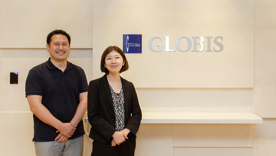 株式会社グロービスの経営管理本部の金澤様と板谷様が笑顔で並んでいる写真